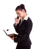La donna di affari felice che invita il telefono ha isolato Fotografie Stock