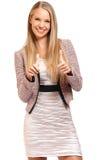 La donna di affari felice con i pollici aumenta il ritratto fotografia stock libera da diritti