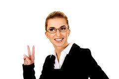 La donna di affari felice mostra il segno di vittoria Fotografia Stock