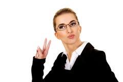La donna di affari felice mostra il segno di vittoria Immagini Stock Libere da Diritti