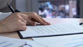 La donna di affari firma un accordo La donna firma un documento Firma del contratto di contratto d'affitto - firma falsa stock footage