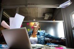 La donna di affari gode di con il suo lavoro Fotografia Stock Libera da Diritti