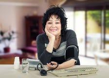 La donna di affari gradisce prenderle la pressione sanguigna Fotografia Stock
