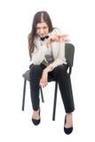 La donna di affari graziosa con le rubli si siede sulla sedia immagini stock