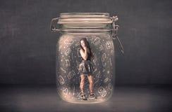 La donna di affari ha catturato in barattolo di vetro con le icone disegnate a mano di media Fotografia Stock