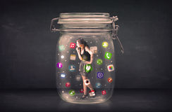 La donna di affari ha catturato in un barattolo di vetro con le icone colourful c di app Fotografie Stock Libere da Diritti