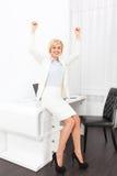 La donna di affari ha eccitato i braccia su alzati delle mani Fotografie Stock