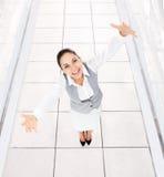 La donna di affari ha eccitato le palme dei braccia alzate mani Immagine Stock
