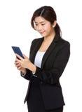 La donna di affari ha letto il messaggio sul cellulare immagini stock libere da diritti