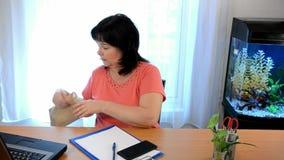 La donna di affari ha un attacco di panico durante la conversazione telefonica archivi video