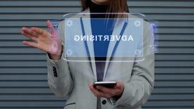 La donna di affari interagisce pubblicità dell'ologramma di HUD video d archivio