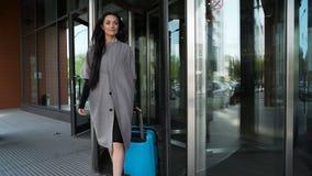 La donna di affari lascia il terminale di arrivo archivi video