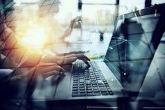 La donna di affari lavora in ufficio con un computer portatile con gli effetti di Internet Concetto di divisione di Internet e de fotografie stock libere da diritti