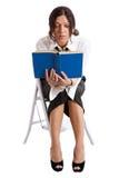 La donna di affari legge un libro Immagini Stock