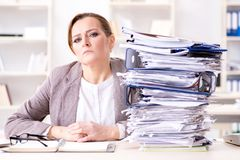 La donna di affari molto occupata con lavoro di ufficio in corso Immagine Stock