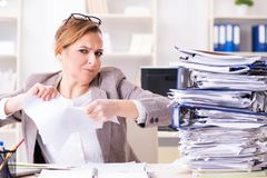 La donna di affari molto occupata con lavoro di ufficio in corso Fotografia Stock Libera da Diritti