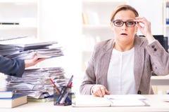 La donna di affari molto occupata con lavoro di ufficio in corso Immagini Stock Libere da Diritti