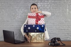 La donna di affari mostra la grandezza dei regali che ha ottenuto immagine stock libera da diritti