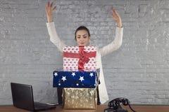 La donna di affari mostra la grandezza dei regali che ha ottenuto, mani su immagini stock libere da diritti