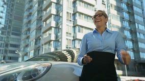 La donna di affari mostra sì il gesto, la riuscita carriera o l'innovazione della partenza video d archivio