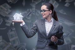 La donna di affari nel concetto di ipoteca dell'alloggio Immagini Stock Libere da Diritti