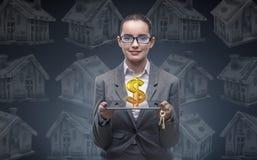 La donna di affari nel concetto di ipoteca dell'alloggio Fotografia Stock