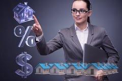 La donna di affari nel concetto di ipoteca dell'alloggio Immagini Stock