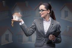 La donna di affari nel concetto di ipoteca dell'alloggio Immagine Stock Libera da Diritti