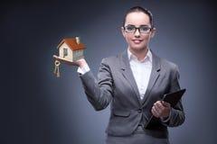 La donna di affari nel concetto di ipoteca dell'alloggio Fotografia Stock Libera da Diritti