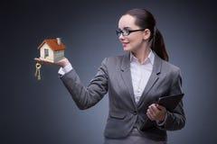 La donna di affari nel concetto di ipoteca dell'alloggio Immagine Stock
