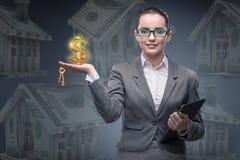 La donna di affari nel concetto di ipoteca dell'alloggio Fotografie Stock