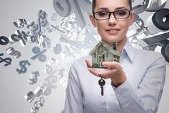 La donna di affari nel concetto di ipoteca di bene immobile Fotografie Stock