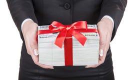 La donna di affari nel vestito nero dell'ufficio contiene il regalo delle mani fatto della u Fotografia Stock Libera da Diritti