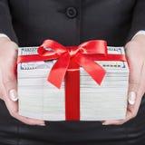 La donna di affari nel vestito nero dell'ufficio contiene il regalo delle mani fatto della u Immagini Stock Libere da Diritti