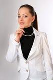 La donna di affari nel vestito sta pensando immagini stock