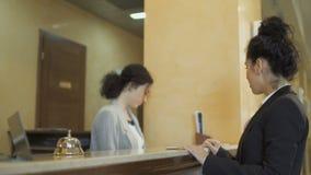 La donna di affari paga una carta di credito una camera di albergo archivi video