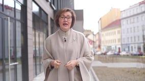 La donna di affari parla nel telaio stock footage
