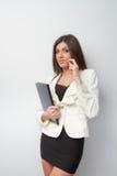 La donna di affari parla sul cellulare con il taccuino Fotografia Stock