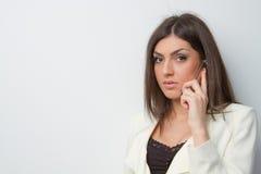 La donna di affari parla sul contac serio mobile dell'occhio Fotografia Stock Libera da Diritti