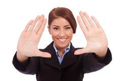 La donna di affari passa il blocco per grafici Fotografia Stock Libera da Diritti