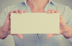 La donna di affari passa lo spazio della copia dello spazio in bianco del segno della carta della tenuta fotografia stock libera da diritti