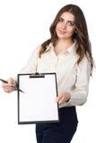 La donna di affari presenta la lavagna per appunti in bianco Immagini Stock Libere da Diritti