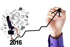 La donna di affari scala le scale con i numeri 2016 Immagini Stock Libere da Diritti