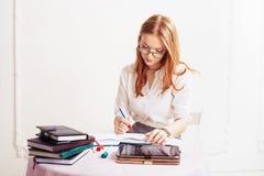 La donna di affari scrive in blocchetto per appunti Il concetto dell'affare, lavori, Immagine Stock Libera da Diritti