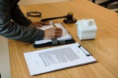 la donna di affari scrive la nota con il contratto la donna & il mutuo ipotecario fanno immagini stock libere da diritti