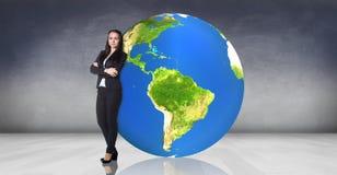 La donna di affari si adagia sulla grande terra Fotografia Stock