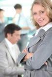 La donna di affari si è levata in piedi con braccio-attraversato Fotografie Stock Libere da Diritti