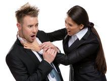 La donna di affari soffoca il responsabile Immagine Stock