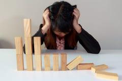 La donna di affari sollecitata con simula il mercato azionario ha preso un nosediv Immagine Stock