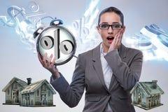 La donna di affari sorpresa circa gli alti tassi di interesse ipotecario di interesse immagine stock libera da diritti